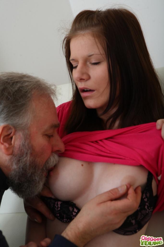 Порно старик лижет сиськи